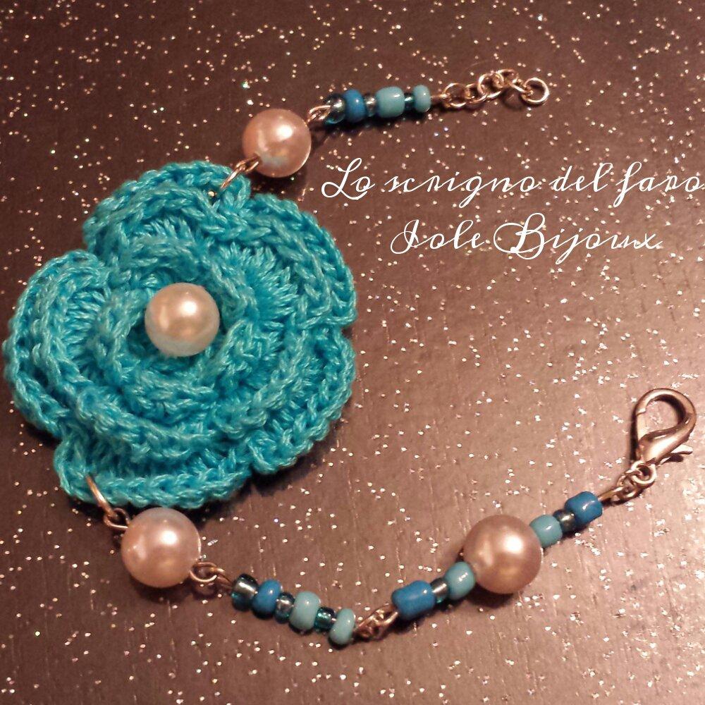 Bracciale con fiore uncinetto azzurro e perline bianche