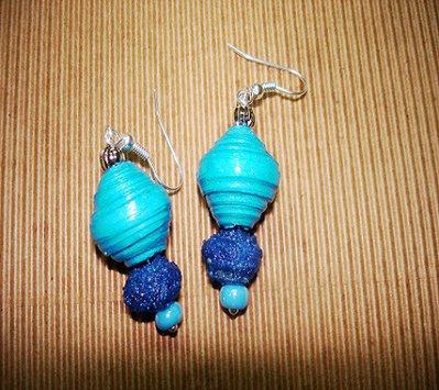 Orecchini di colore turchese con perle di carta e sabbia colorata.