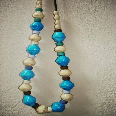 Collana di carta con perle sferiche di colore corda e turchese.