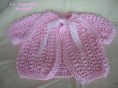 Maglioncino in filo rosa per bimba lavorato ai ferri con motivo traforato e nastro in organza