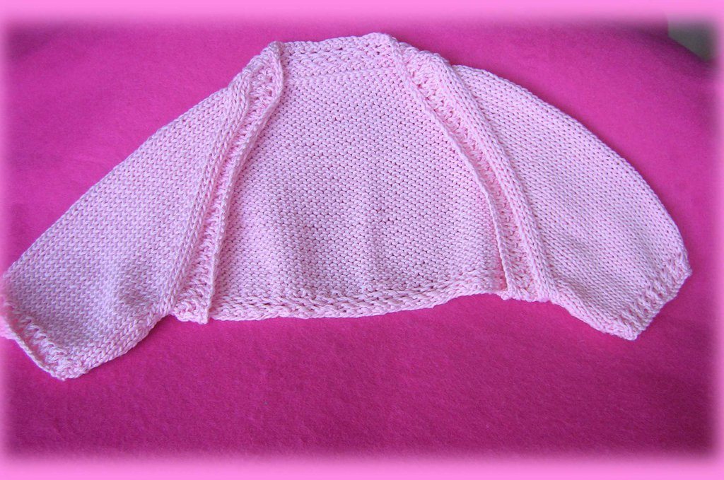 Completo composto da coprispalle rosa in filo e vestina con corpino rosa in filo e gonna bianca in cotone