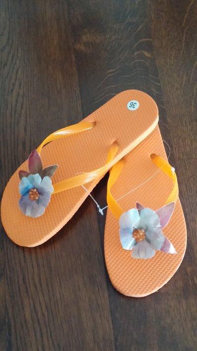 Infradito in gomma/plastica arancione con viola del pensiero vera essiccata