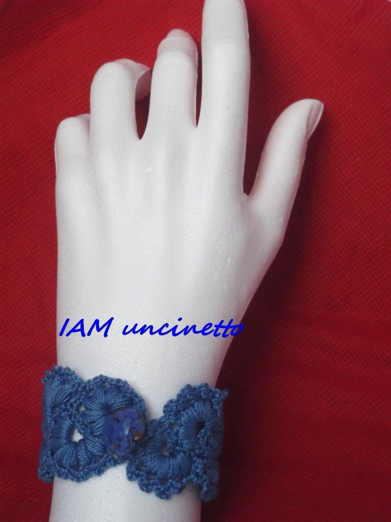 Bracciale alto all'uncinetto lavorato a ventagli colore azzurro con perla di vetro