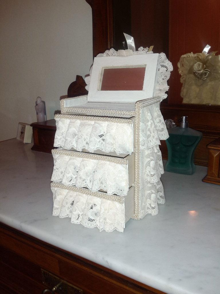 portagioie in legno con tre cassetti e specchio