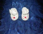 Scarpette bebè bianche con fiocco a pois bianco-rosso realizzate ad uncinetto