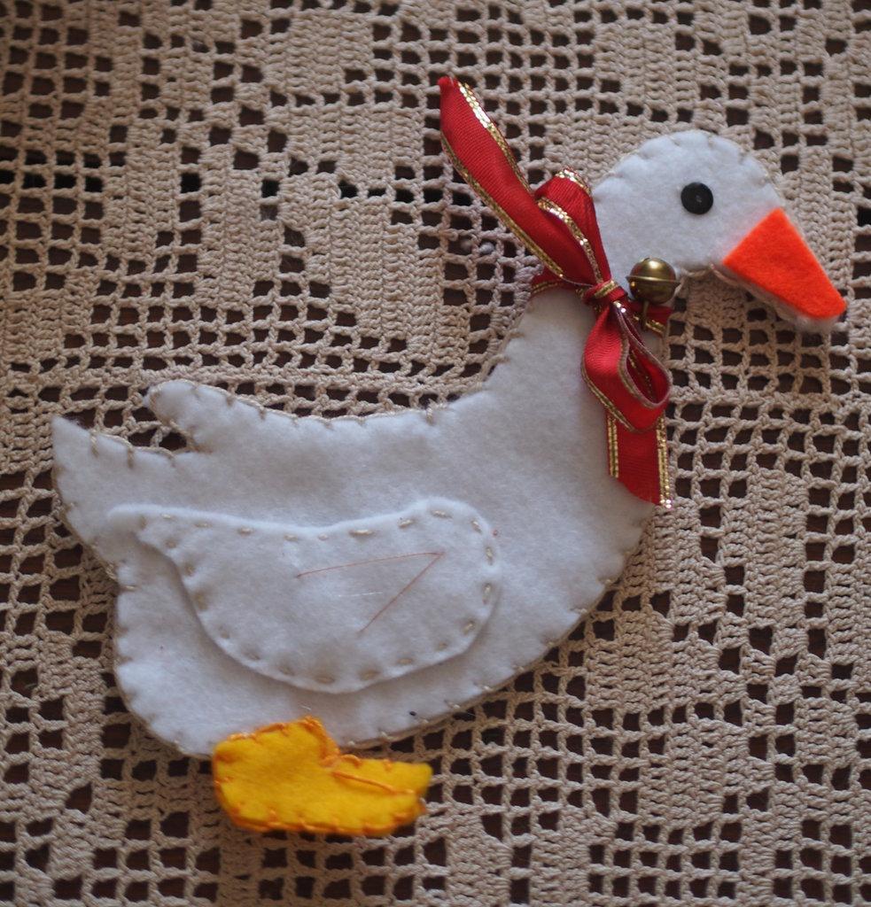 Allegra oca con collare e campanello.Animale in feltro.Fatto a mano.Gioco o decorazione per la cameretta o la cucina.Bomboniera.