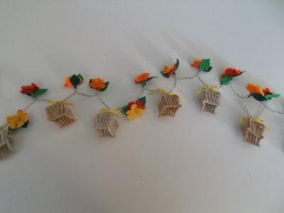 Ghirlanda di luci led con fiori e gabbiette in feltro fai da te