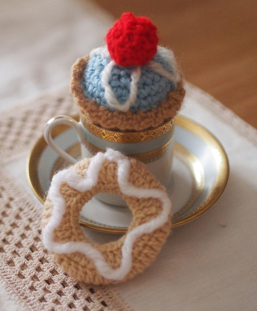 Pasticceria Italiana.Set:2 pasticcini all'uncinetto.Lana.fatti a mano.Cupcake con ciliegia e ciambella con glassa.Golosi.