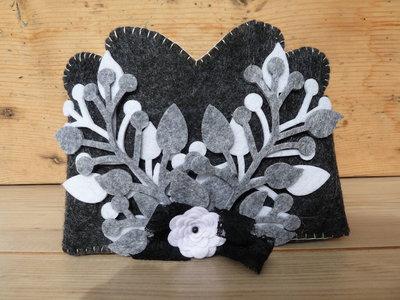 Svuotatasche in feltro spesso grigio e decorazioni in pannolenci bianco e nero/svuotatasche shabby chic