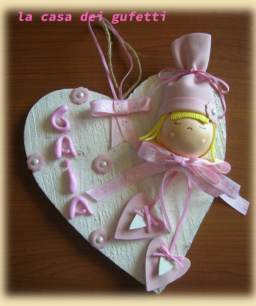 """Fiocco nascita per femminuccia """"Bimba con cuori"""" realizzato in fommy su cuore in legno bianco"""