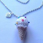 Collana lunga con cono gelato goloso amigurumi fatto a mano all'uncinetto con perline colorate