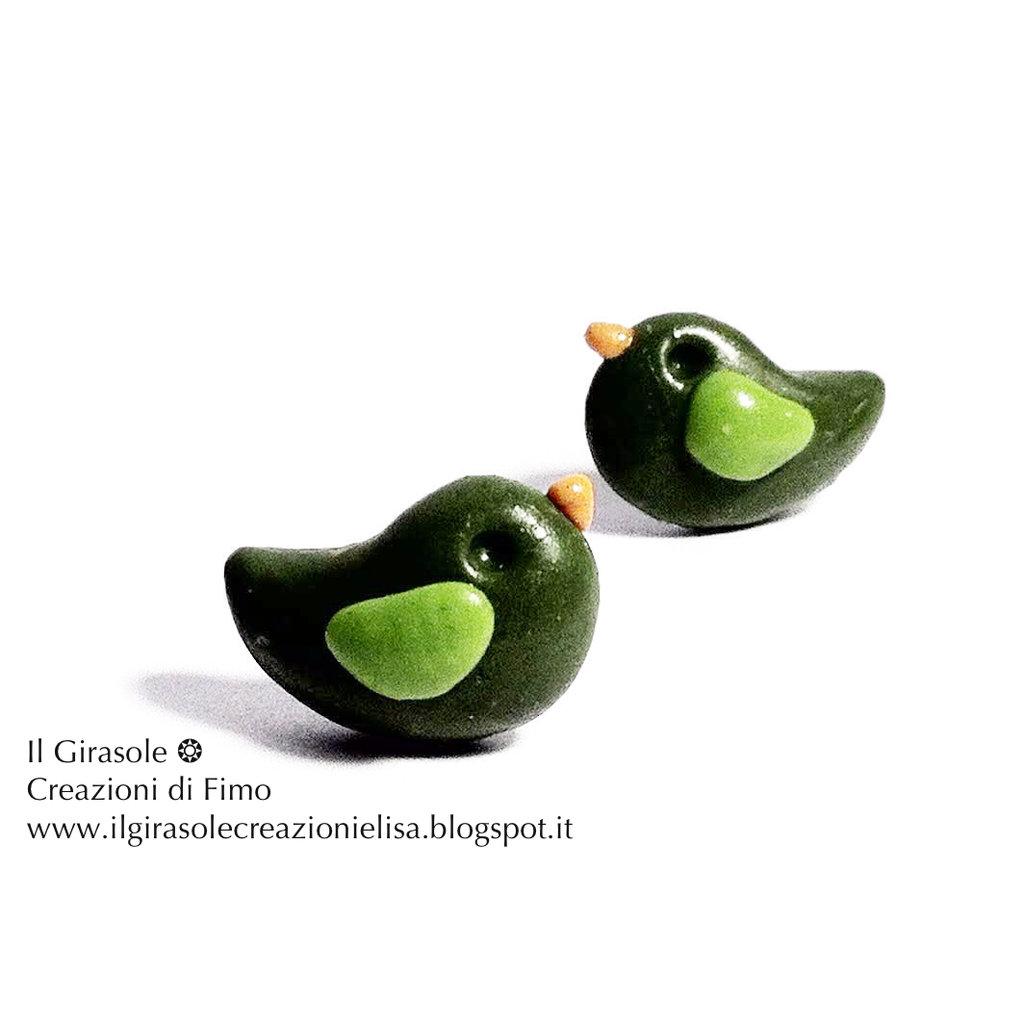 Orecchini a perno senza nickel con uccellino verde