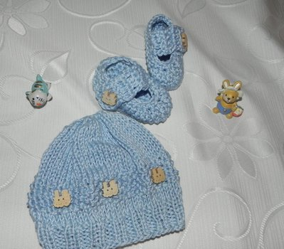 Scarpette + cappellino bebè realizzati ad uncinetto in cotone o lana celeste con applicazione trenino