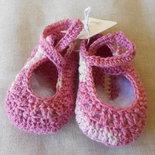 Scarpine baby da bambina in cotone rosa sfumato con bottone madreperla .