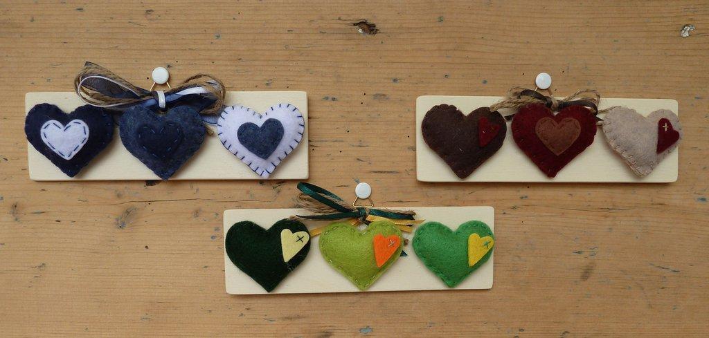 Quadretto in legno LOVE/quadretto in legno con cuori in feltro sottile colorati