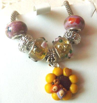 Bracciale con maglia in metallo,perle a foro largo e ciondolo girasole con farfalla in fimo idea regalo per lei