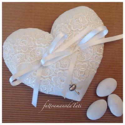 Cuscino per le fedi a forma di cuore in lino bianco e pizzo
