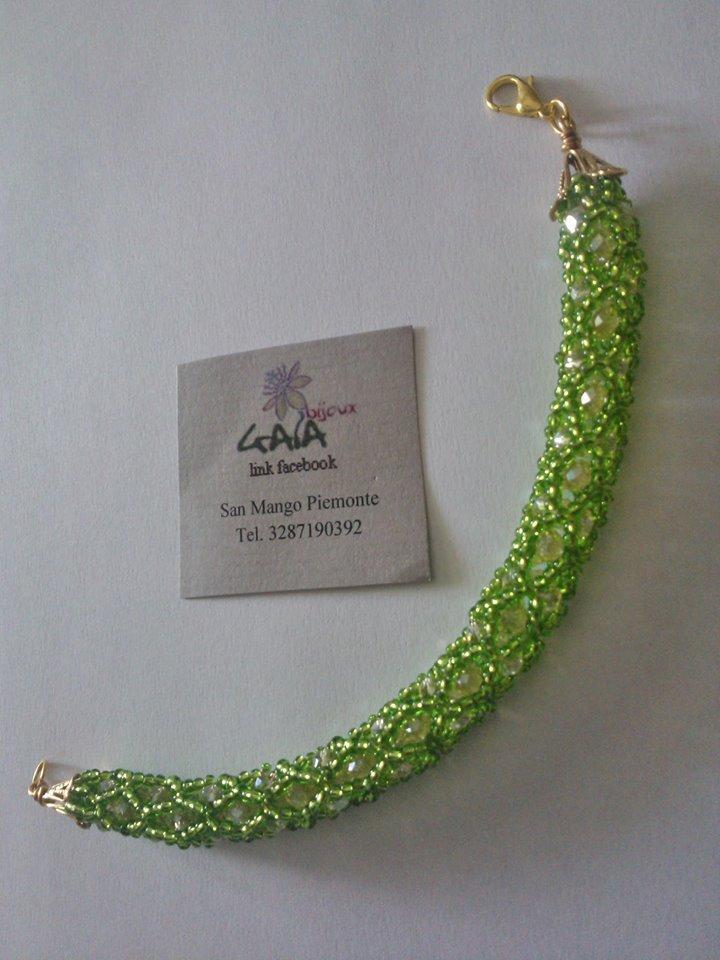 Bracciale intrecciato di conteria in vetro verde con mezzi cristalli giallo chiaro