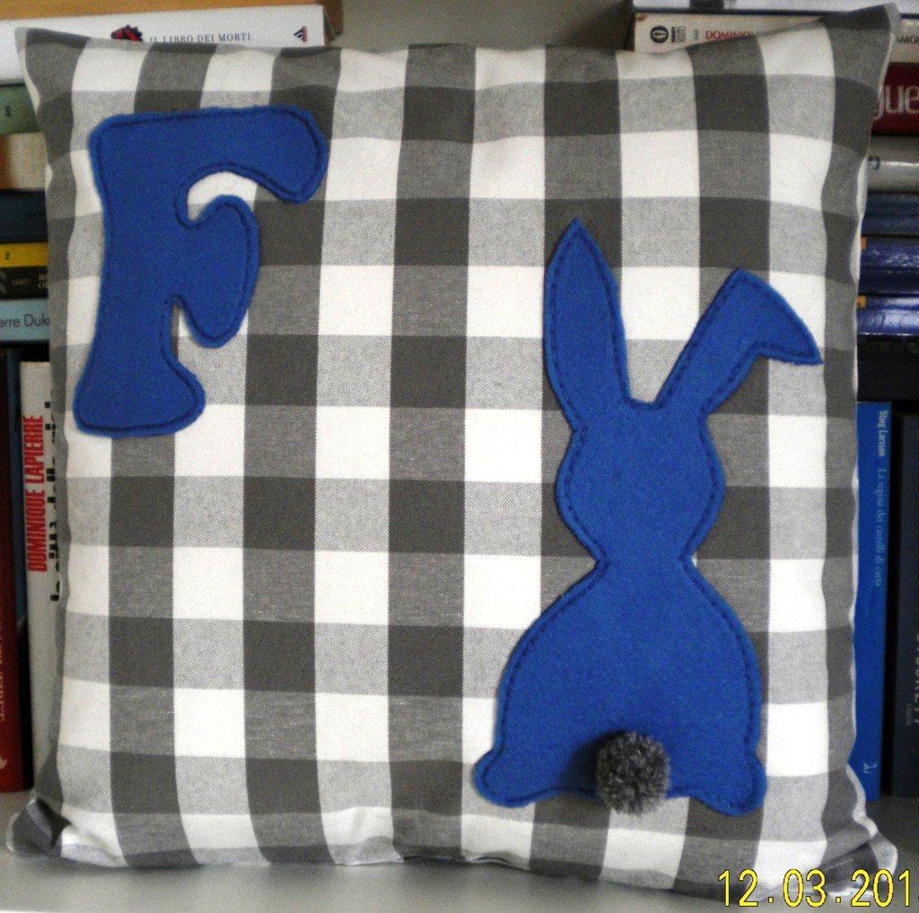 cuscino con coniglio