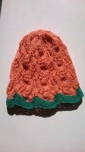 Cappellino bicolor con lavorazione traforata