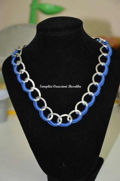 collana girocollo uncinetto blu, rossa, bianca, fatta  a mano. catena alluminio