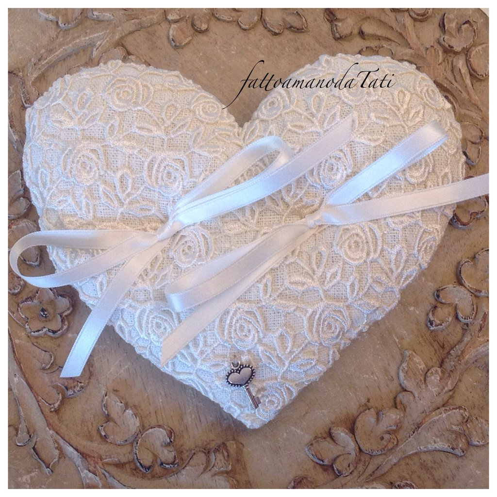 Cuscino per le fedi a forma di cuore in lino bianco con roselline di pizzo macramè
