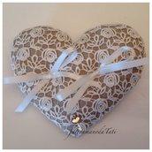 Cuscino per le fedi a forma di cuore in lino ecrù con roselline di pizzo macramè