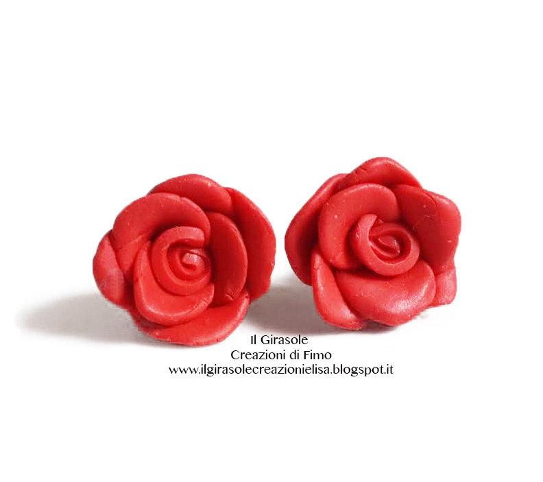 Orecchini a perno con rosa rossa in fimo