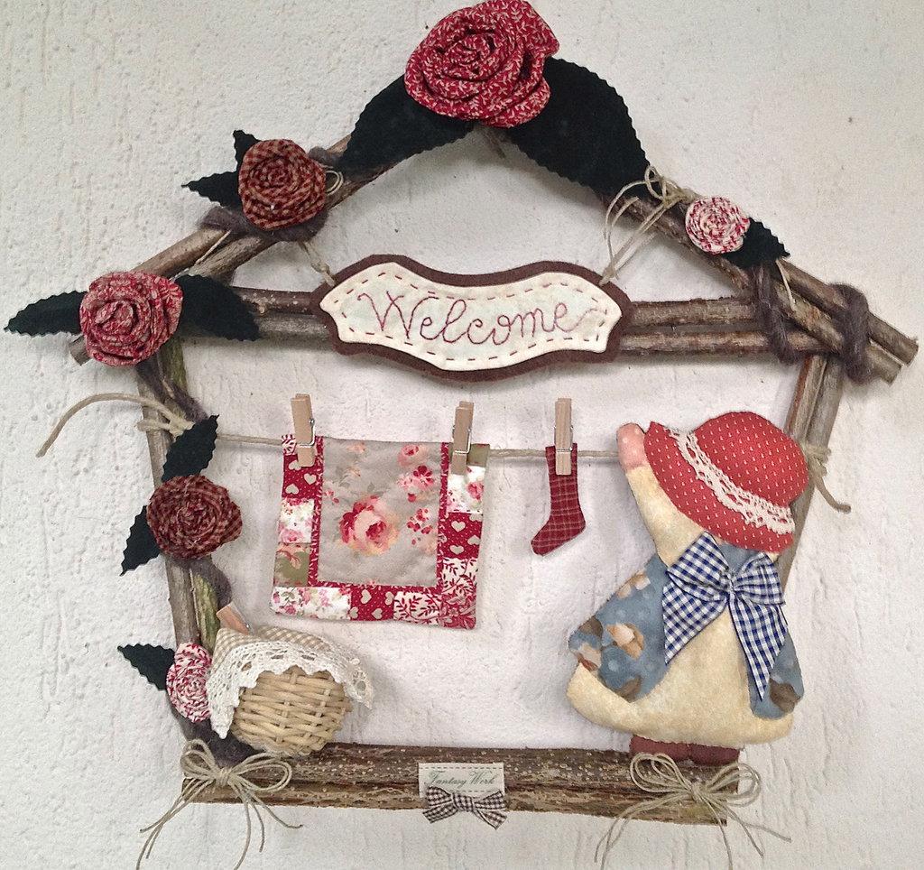 Ghirlanda casetta in legno con decorazioni in tessuto sue for Decorazioni natalizie in legno da appendere