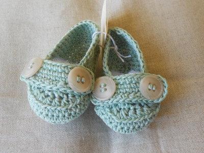 Scarpine  mocassino  bebè in cotone verde chiaro con bottoni , idea regalo.