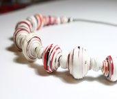 Collana di carta con perle sferiche realizzata a mano.