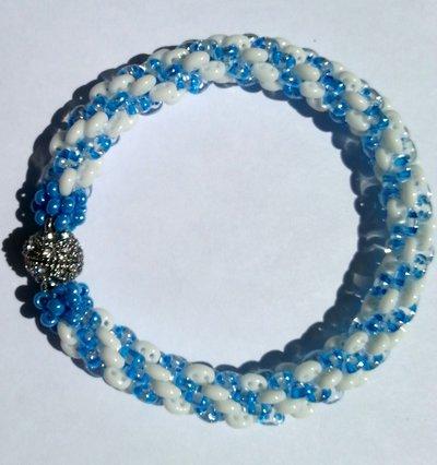 Bracciale Perline azzurro bianco idea regalo donna.