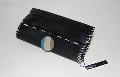Pochette portatabacco nera realizzata con camera d'aria