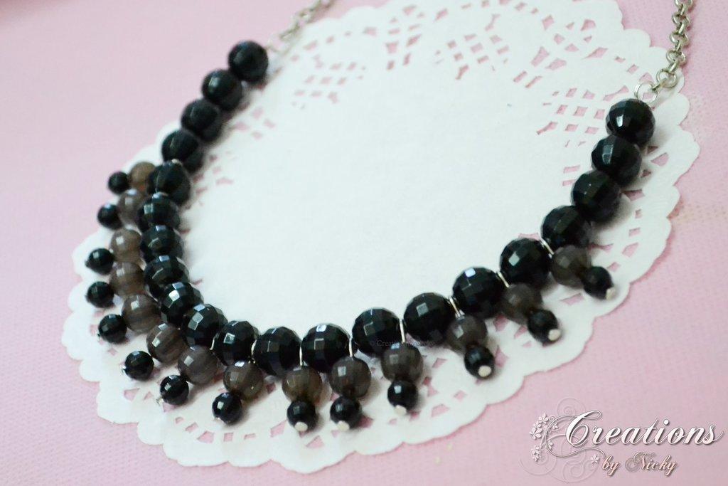 Collier con perle in resina sfaccettata