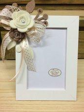 Cornice portafoto bianco con fiori panna