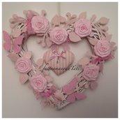 Cuore/nascita  in vimini con rose,farfalle e cuore a righe rosa