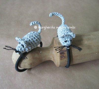 Elastico per capelli - braccialetto con topolino amigurumi fatto a mano all'uncinetto