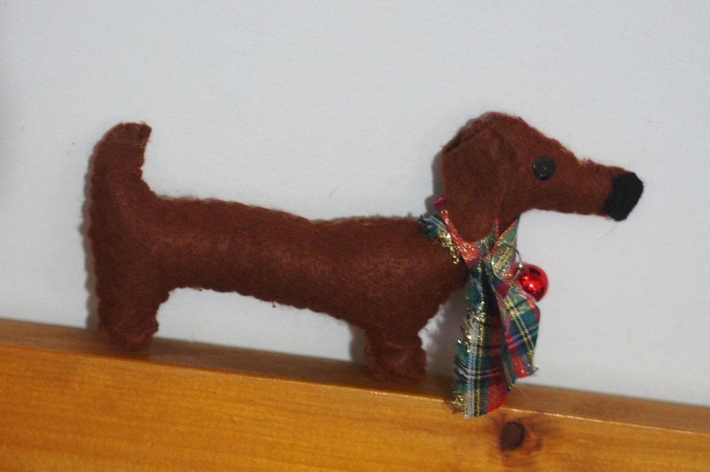 Cane bassotto con sciarpa stile inglese e campanella rossa.Feltro.Fatta a mano.