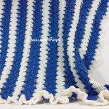Copertina culla bianca e blu, bordo arricciato, fatta a mano a uncinetto