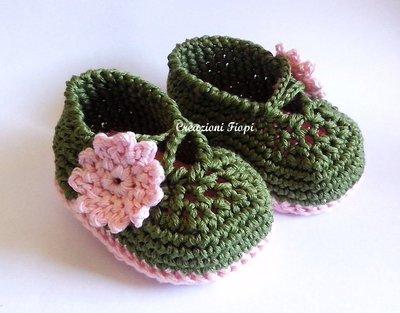 Scarpine Neonato verdi con fiore rosa fatte a mano a uncinetto