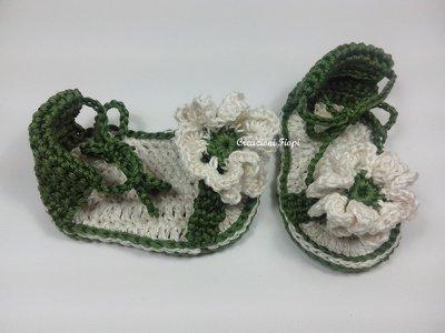 Sandaletti,sandali fatti a mano a uncinetto neonato, verdi con fiore.