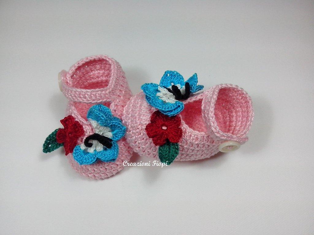 Scarpine Neonato fatte a mano a uncinetto con fiori e farfalle
