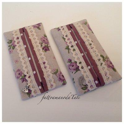Porta fazzoletti da borsa in cotone ecrù a roselline lilla con pizzo