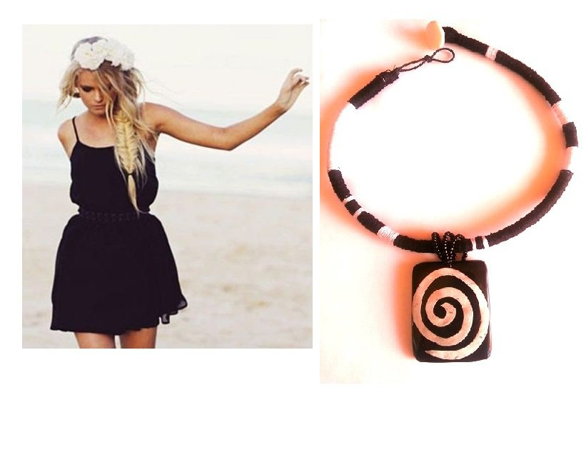 """Collana """"Spiral necklace"""" girocollo bianco nero con pendente in legno e madre perla"""