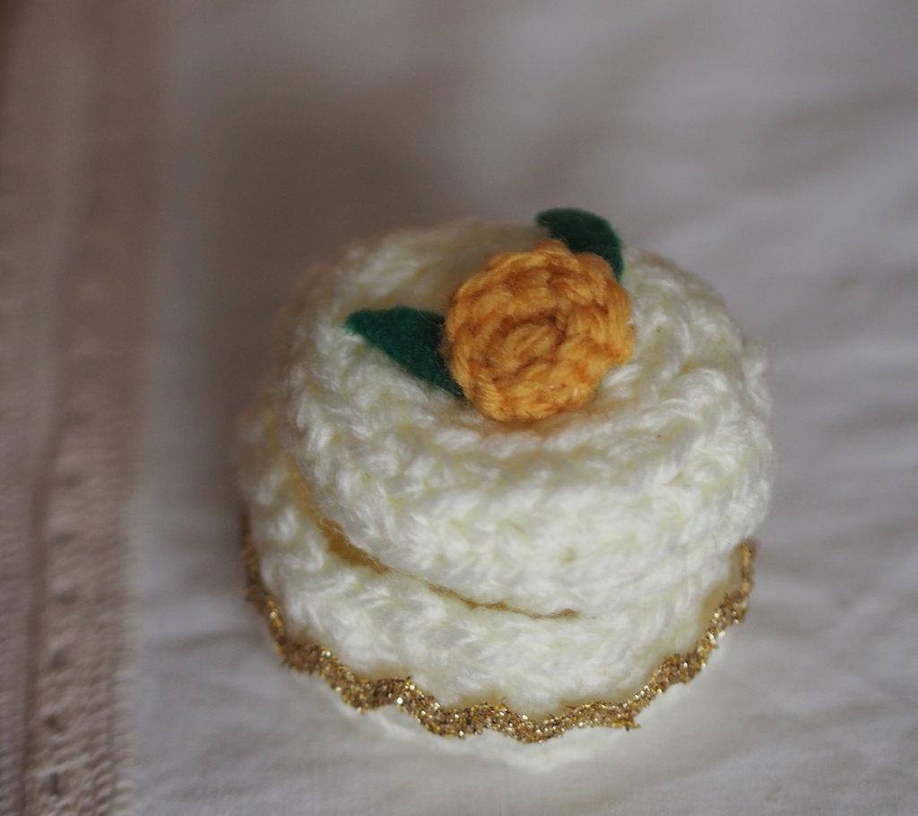 Bomboniera / Portagioie in lana.Uncinetto.Piccola Scatola con applicazione di passamaneria in oro e rosa all'uncinetto con foglie in feltro