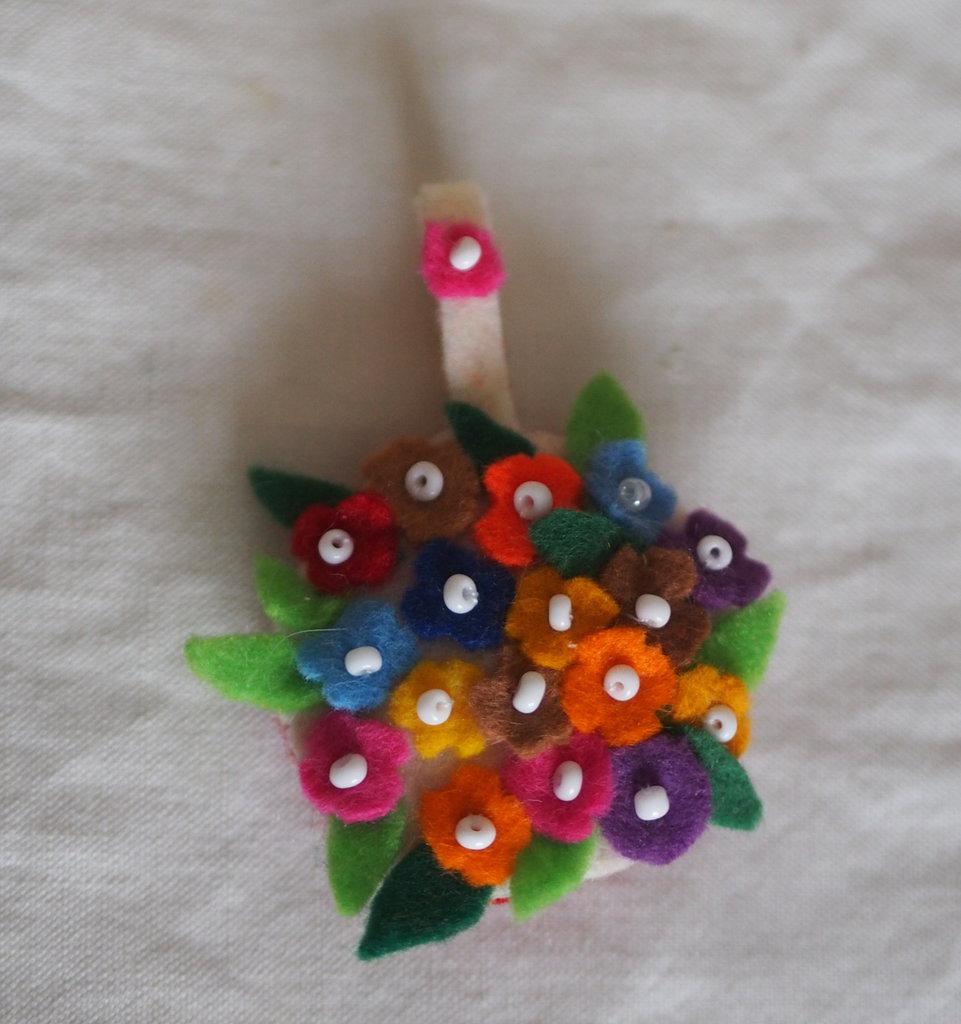 Ciondolo.Medaglione per collana,girocollo.Feltro.fatto a mano .Applicazione di minuscoli fiorellini multicolori e perline.Utilizzabile anche come spilla o bomboniera