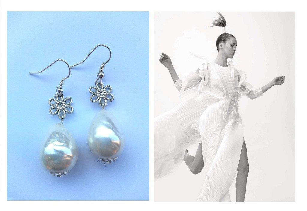 """Orecchini """"Flower pearls"""" con perle barocche e fiore argentato"""