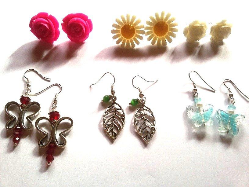 "Set orecchini ""Garden earrings"" con margherite e rose in resina, foglie e farfalle in metallo"