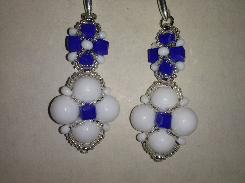 orecchini blu e bianchi