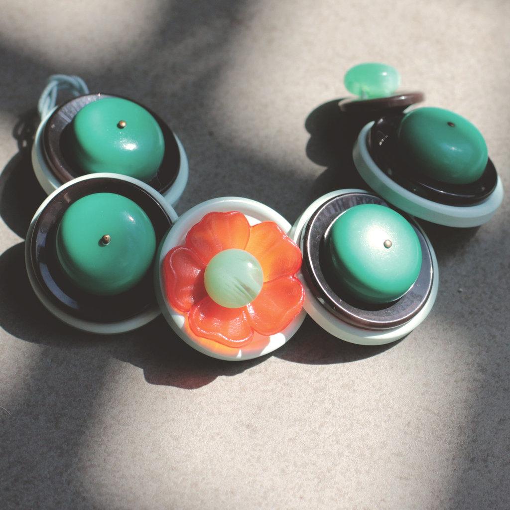 B.4.2015 - Bracciale semirigido con bottoni verdi e fiore rosso - Linea Flower Power